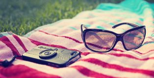 phone_glasses_towels_summer_beach_49262_1920x1200