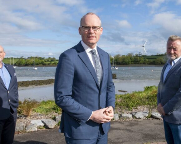 Minister for Foreign Affairs and Defence, Simon Coveney with CEO of EI-H2, Tom Lynch (left) and EI-H2 founder, Pearse Flynn (right). Image source: Brian Lougheed